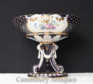 单一的Sevres瓷花瓶上的花卉盖碗