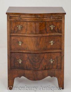 维多利亚时代的胡桃木抽屉Serpentine Commode大约1900年